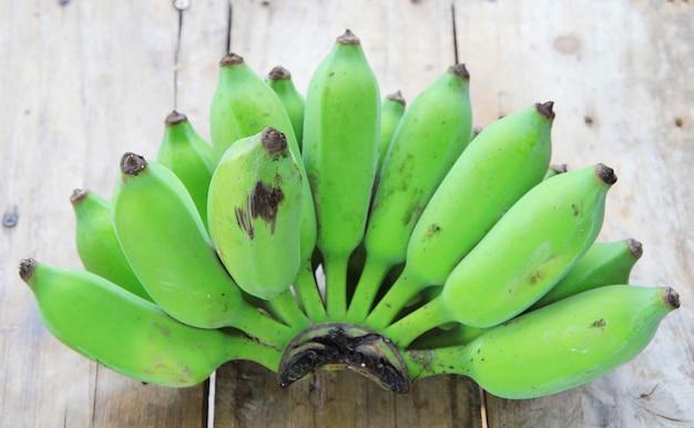 Mazzo di banane verdi crude Foto Premium