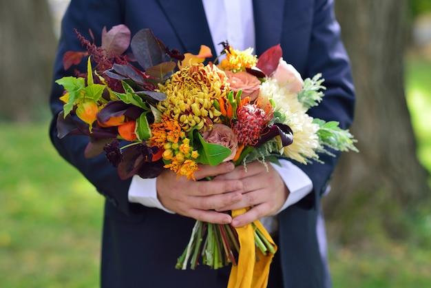 Mazzo di cerimonia nuziale della holding dell'uomo Foto Premium