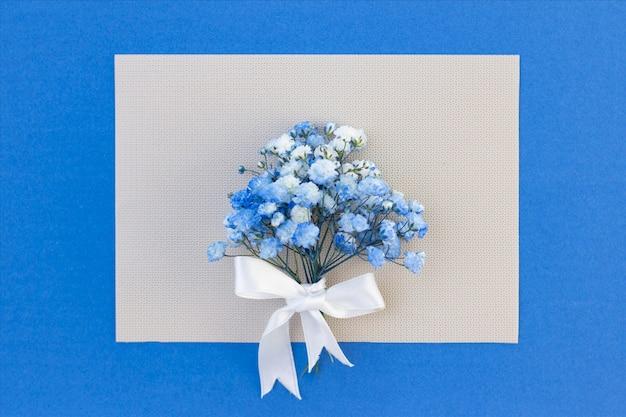 Mazzo di fiori bianco-blu di gypsophila. Foto Premium