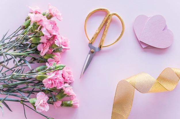 Mazzo di fiori con cuori di carta sul tavolo Foto Gratuite