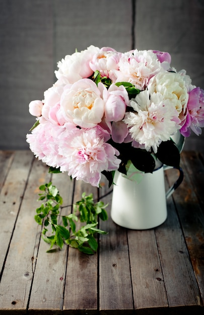 Mazzo di fiori di peonia in un barattolo di smalto Foto Premium