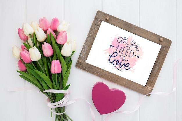Mazzo di fiori e preventivo positivo per san valentino Foto Gratuite