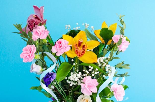 Mazzo di fiori su sfondo luminoso. Foto Premium