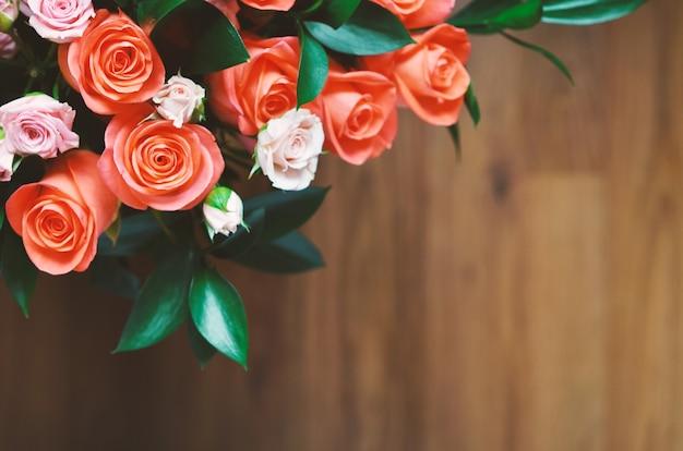 Mazzo di fiori - una composizione di rose. sfondo per la cartolina. Foto Premium