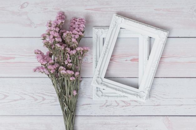 Mazzo di fiori vicino a cornici Foto Gratuite