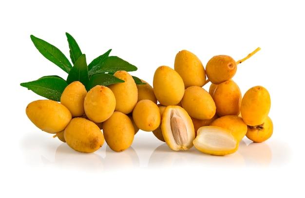 Mazzo di frutta fresca della data isolata su fondo bianco, Foto Premium