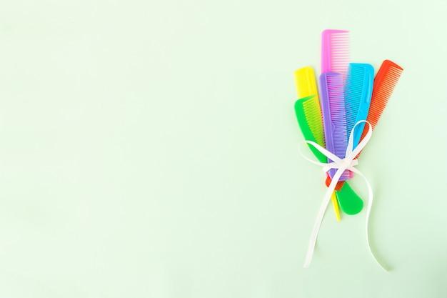 Mazzo di molti pettini di plastica multi-colored differenti dei capelli Foto Premium