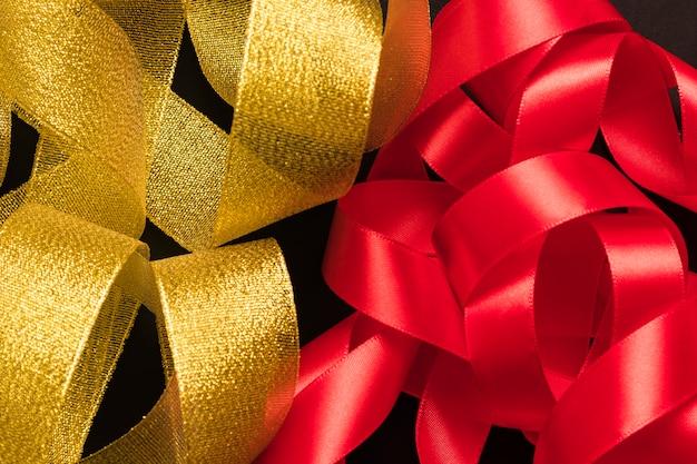 Mazzo di nastri dorati e rossi Foto Gratuite
