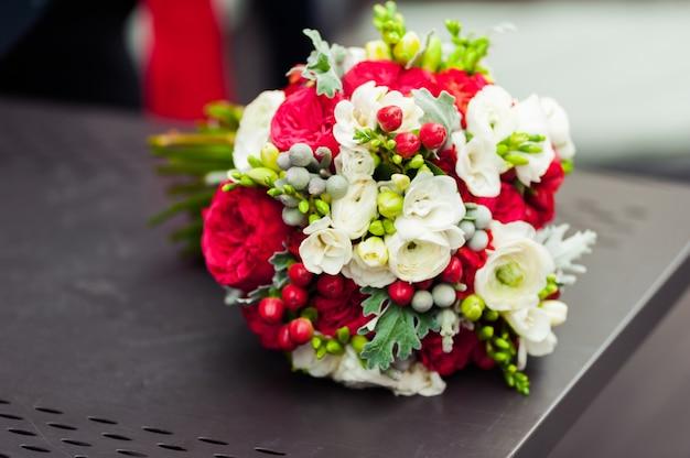 Mazzo di nozze prima di cerimonia in chiesa Foto Premium