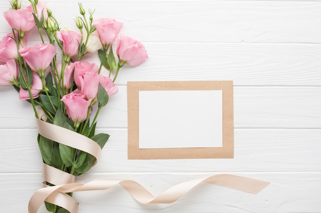 Mazzo di rose rosa con nastri e copia spazio Foto Gratuite