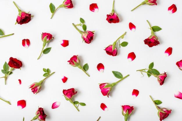 Mazzo di rose rosse sul tavolo Foto Gratuite