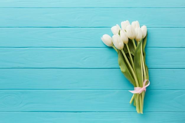 Mazzo minimalista di vista superiore dei fiori del tulipano Foto Gratuite