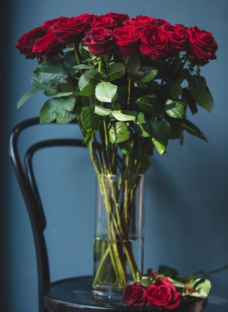 Mazzo romantico di rose rosse del velluto dentro un vaso con wate Foto Gratuite