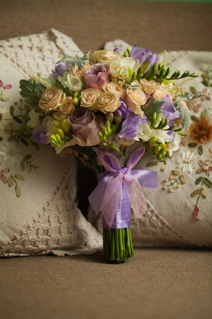 Mazzo rosa porpora per la sposa il giorno delle nozze Foto Premium