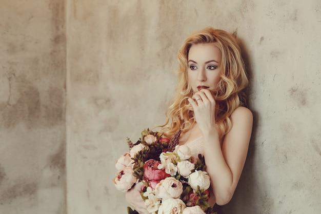 Mazzo splendido delle rose della tenuta della donna Foto Gratuite