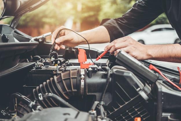 Meccanico auto che lavora in garage tecnico mani del meccanico di auto che lavora in auto riparazione Foto Premium