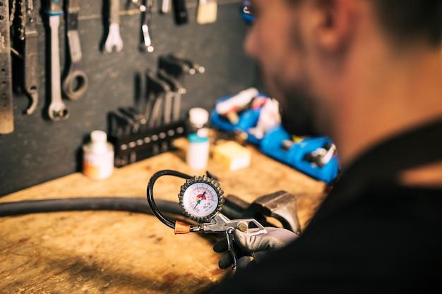 Meccanico che ripara una bicicletta Foto Gratuite