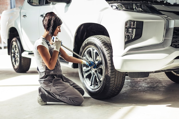 Meccanico femminile di vista frontale che ripara automobile Foto Gratuite