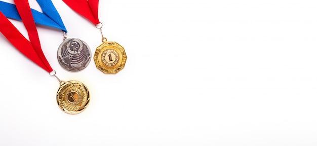 Medaglie d'oro e d'argento con nastro su sfondo bianco. Foto Premium