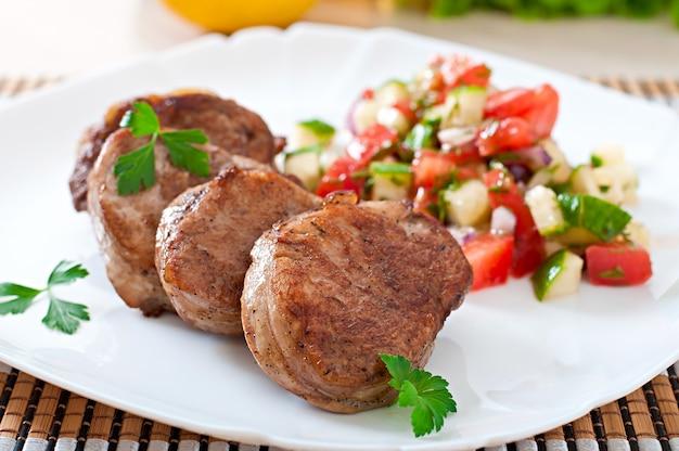 Medaglioni di maiale con salsa Foto Gratuite