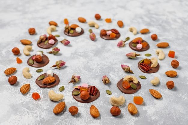 Medianti di cioccolato fatti a mano, biscotti, morsi, caramelle, noci. copyspace. vista dall'alto. Foto Gratuite