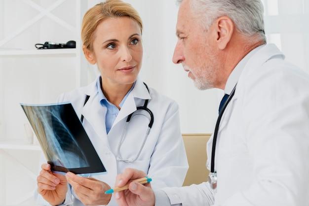 Medici che parlano dei raggi x Foto Gratuite