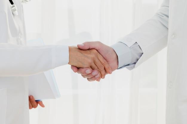 Medici si stringono la mano di close-up Foto Gratuite