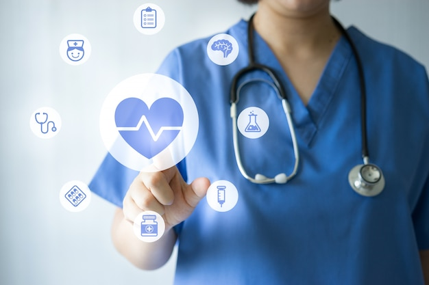 Medicina medico e infermiere che lavora con icone mediche Foto Premium