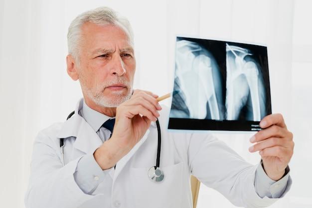 Medico analizzando i raggi x Foto Gratuite