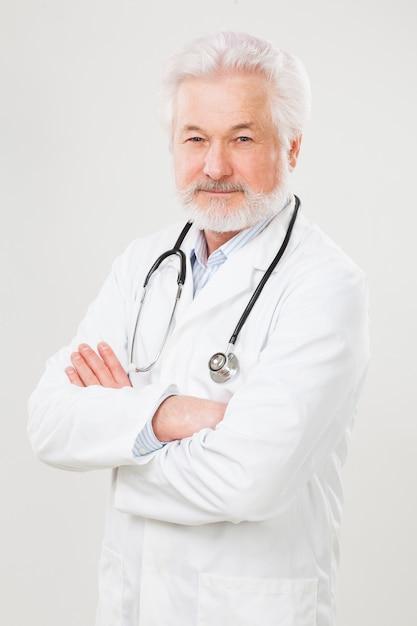 Medico anziano bello in uniforme Foto Gratuite