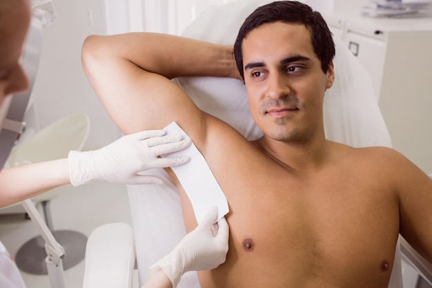 Medico ceretta pelle paziente maschio Foto Gratuite