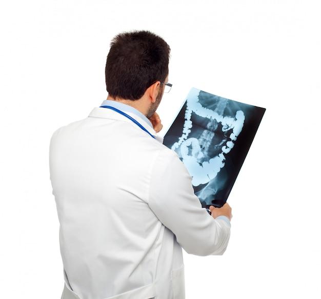 Medico che consulta una radiografia dell'intestino Foto Premium