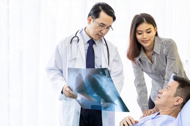 Medico che spiega i risultati dei raggi x Foto Premium