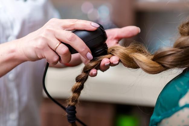 Medico dei capelli che controlla i capelli. diagnostica capelli e cuoio capelluto. Foto Premium