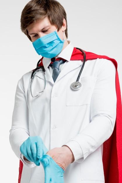 Medico del colpo medio che indossa i guanti Foto Gratuite