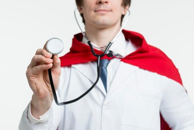 Medico del primo piano con lo stetoscopio Foto Gratuite