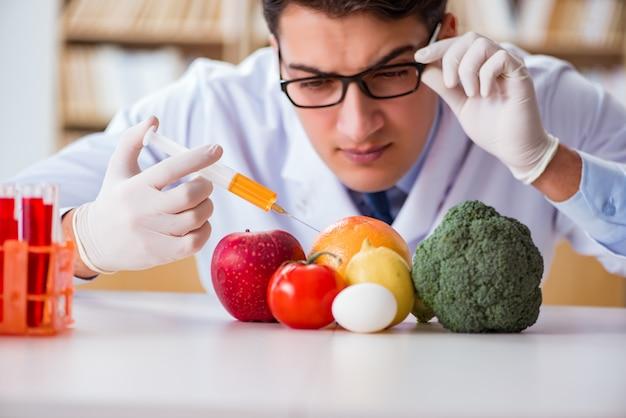 Medico dell'uomo che controlla la frutta e le verdure Foto Premium