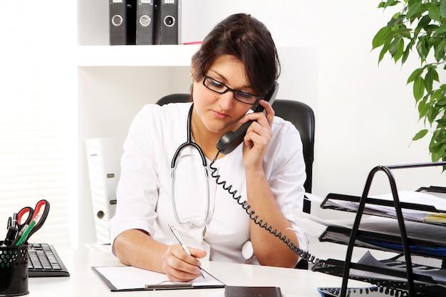 Medico della giovane donna che parla dal telefono Foto Gratuite