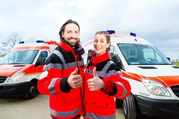 Medico di emergenza e paramedico con ambulanza Foto Premium