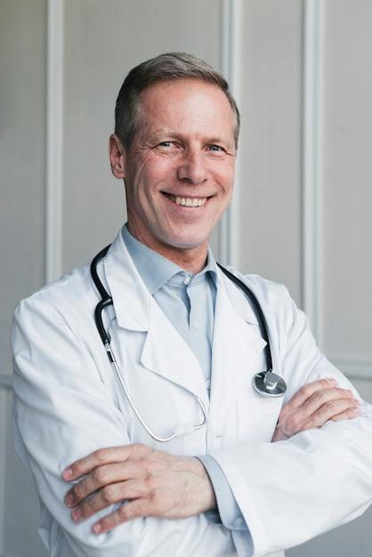 Medico di famiglia in uno studio medico Foto Gratuite