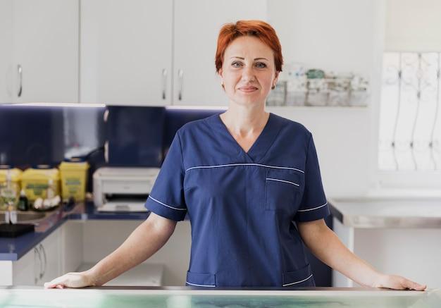 Medico di smiley del colpo medio alla clinica veterinaria Foto Gratuite