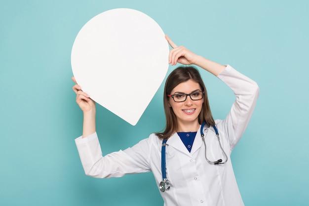 Medico femminile con il fumetto di pensiero Foto Premium