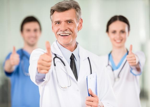 Medico maschio con sorridere dei colleghi. Foto Premium