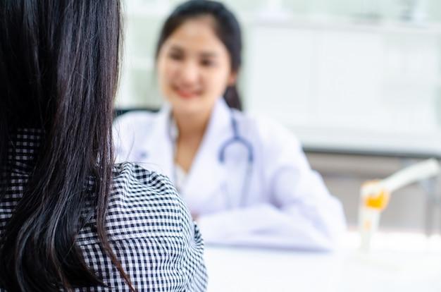 Medico professionista che riceve paziente in ospedale Foto Premium