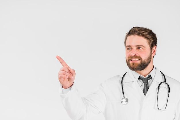 Medico sottolineando e guardando lontano Foto Gratuite