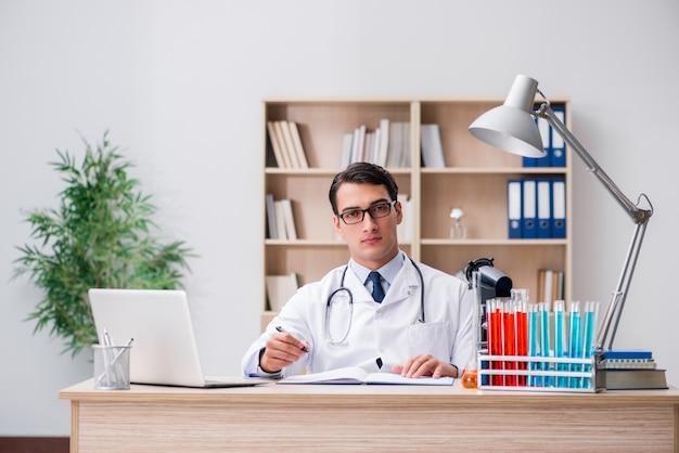 Medico uomo che lavora in laboratorio Foto Premium