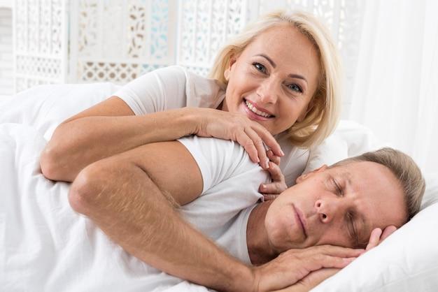 Medium shot coppia carina in camera da letto Foto Gratuite