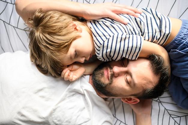 Medium shot padre e figlio che dormono Foto Gratuite