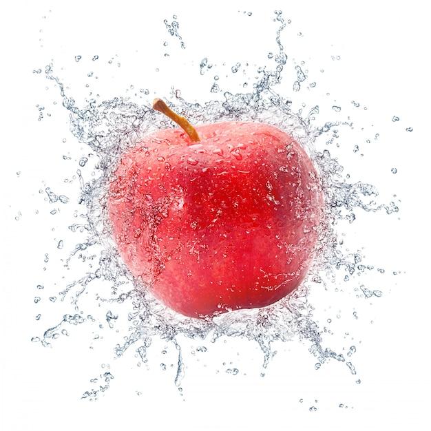 Mela rossa con spruzzi d'acqua Foto Premium