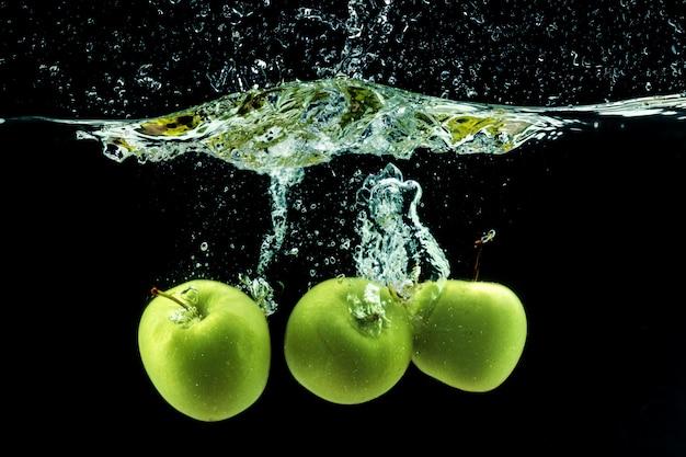 Mela verde sott'acqua Foto Premium